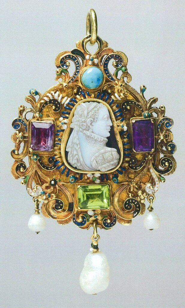 Goldsmiths-Gem-set-gold-pendant-c.jpg__760x0_q80_crop-scale_subsampling-2_upscale-false.jpg